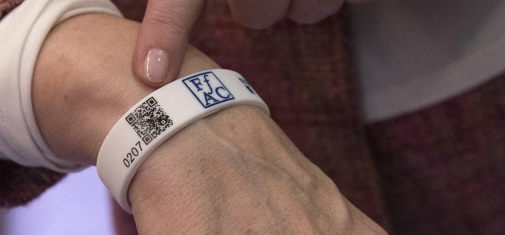 """""""Una pulsera con código QR identificará a los enfermos de Alzheimer que se pierdan"""""""