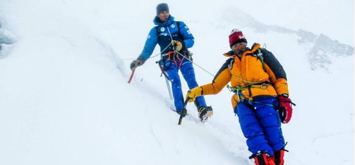Tres españoles salvan la vida a un alpinista italiano que llevaba cuatro días abandonado sin poder moverse